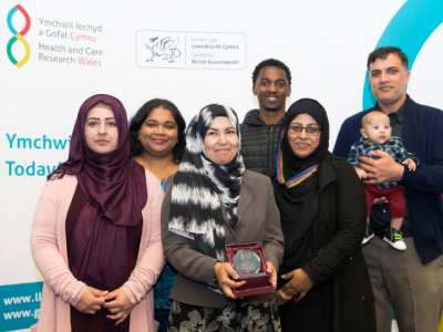 Dr Ashra Khanom and patient representatives with award